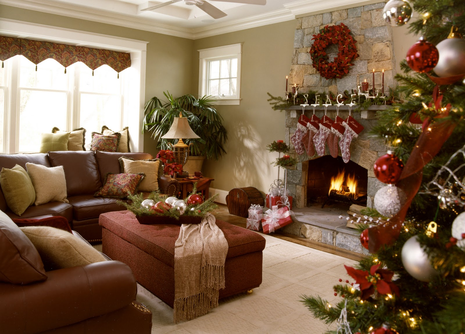 Nine ideas how to welcome the christmas spirit interior - Living room themes decorating ideas ...