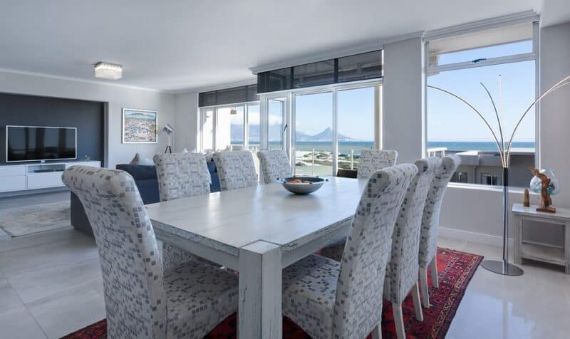 A beautiful bright dinning room